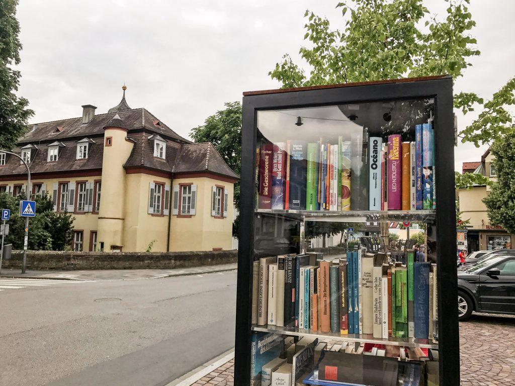 Öffentlicher Bücherschrank in Heidelberg–Handschuhsheim. Im Hintergrund das Graham Palais (Quelle: immerlesen.net)