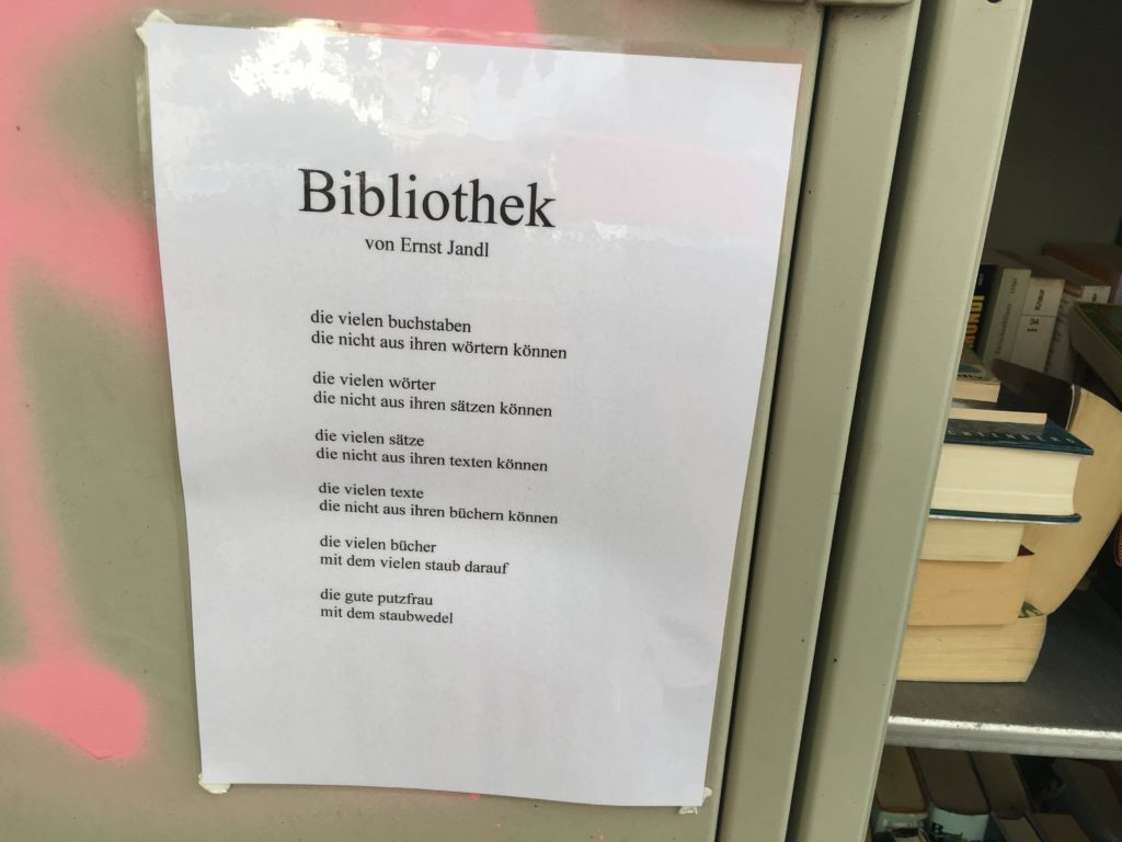 Gedicht «Bibliothek» von Ernst Jandl an einem neuen öffentlichen Buchregal in Saarbrücken (Quelle: immerlesen.net)